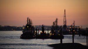 Hamburger Hafen beim Sonnenuntergang